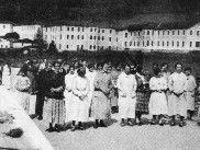 Imagen de pacientes paseando alrededor del sanatorio
