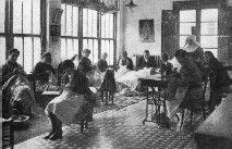 Imagen del taller con pacientes haciendo costura